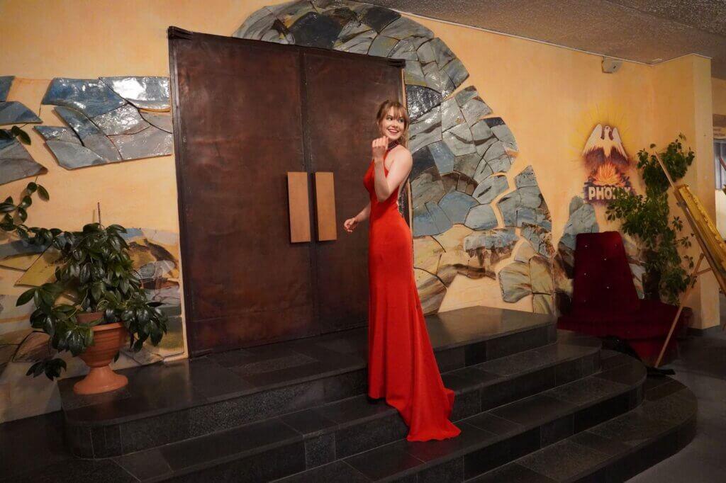 Ich in meinem roten Abiballkleid